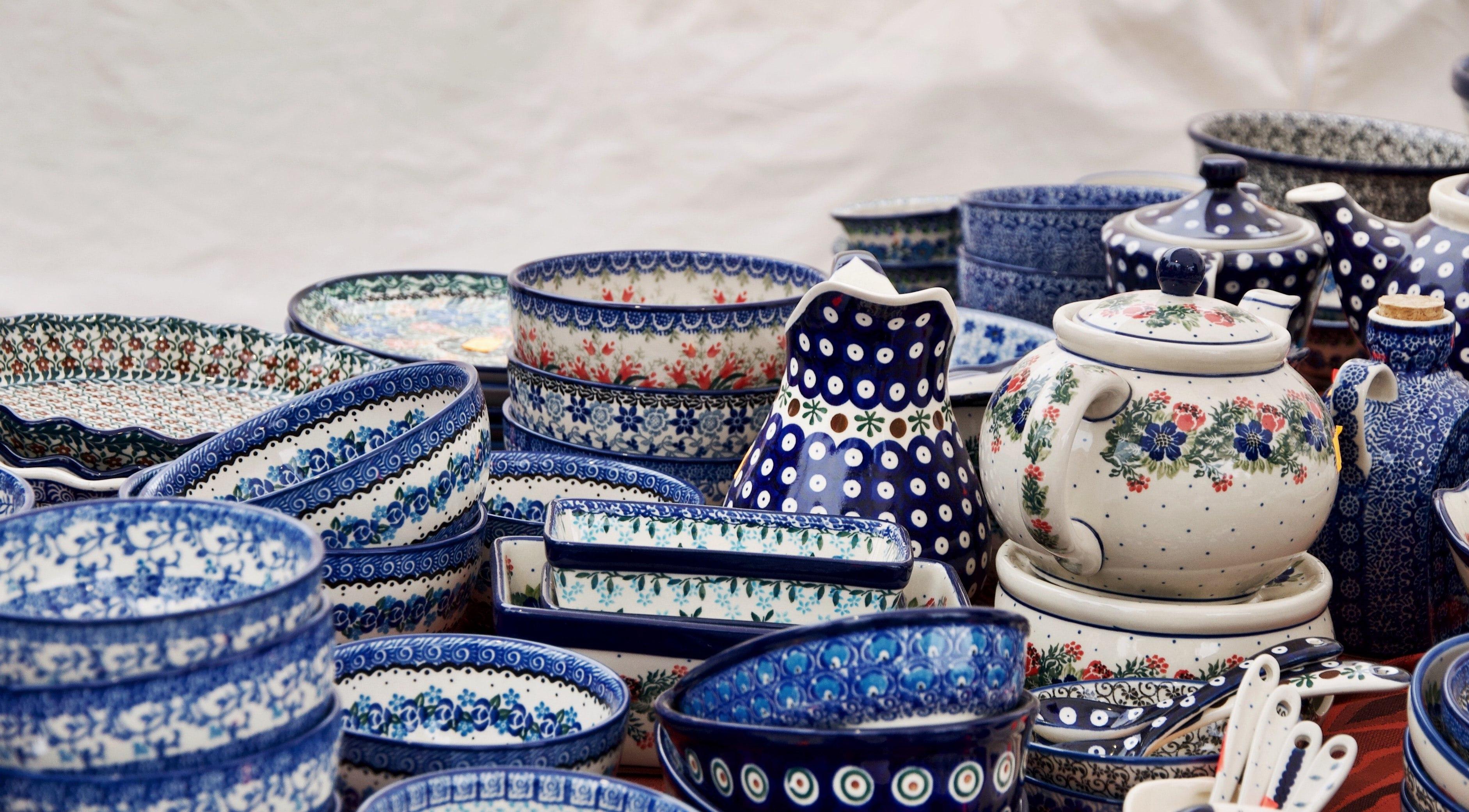 Ceramika w biało-niebieskie wzory